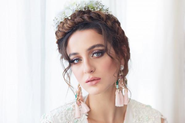 mariée marocaine portant un caftan blanc et une couronne de tresse
