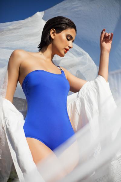 Shooting photo d'un mannequin portant une robe en popeline- Liu-jo, avec une coiffure wet hair, maquillée et coiffée par Loubna Lazrak, habillée par Anas Yassine